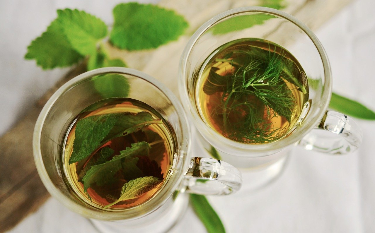 Herbaty ziołowe – rodzaje, wskazania, parzenie. Co musisz wiedzieć?
