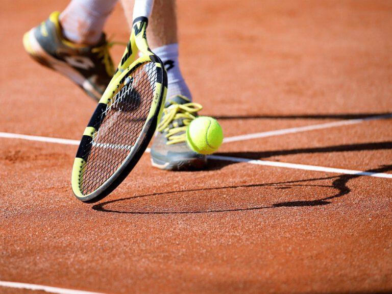 Rakiety tenisowe – co musisz wiedzieć przed zakupem? Rodzaje i parametry rakiet