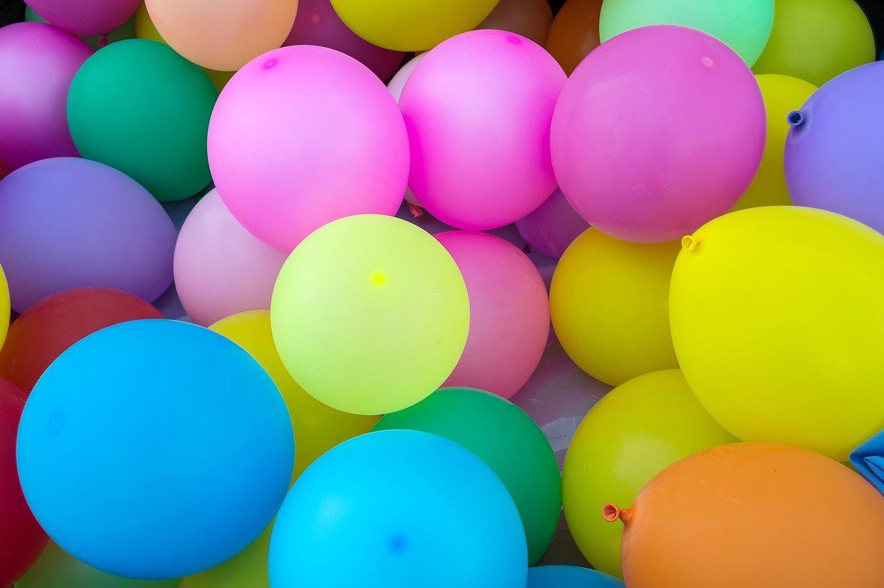 Balony z helem – pomysły na imprezowe dekoracje
